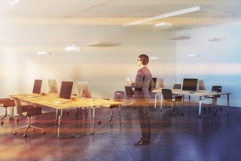 木桌现代公司办公室,商人 免版税图库摄影