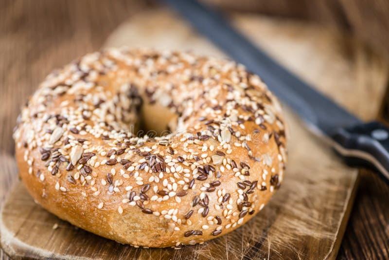 Download 木桌用新鲜的被烘烤的全麦的百吉卷 库存照片. 图片 包括有 烘烤, 大使, 鸦片, 饮食, 营养, 谷物 - 72374188