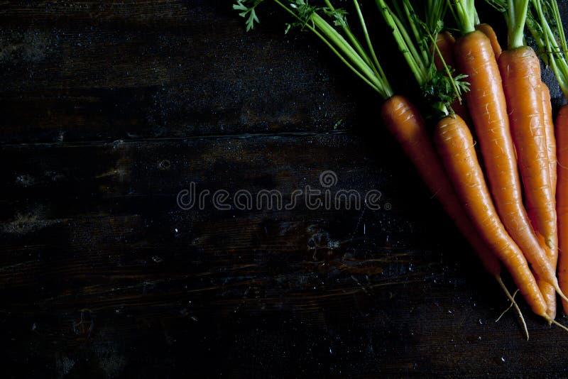 木桌用红萝卜 写一份菜单   免版税图库摄影