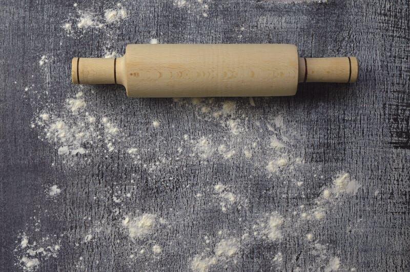 木桌用面粉和滚针 厨房背景 特写镜头 开始烘烤 库存照片