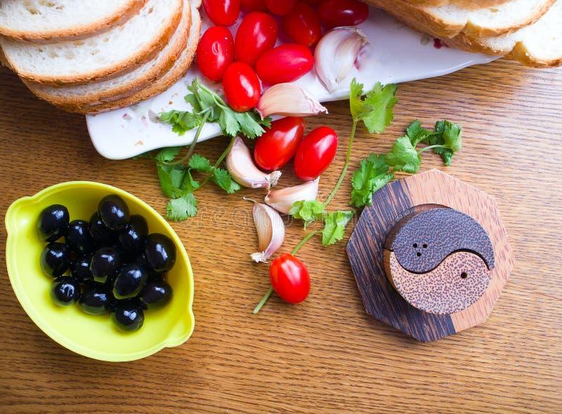 木桌的顶看法用橄榄蕃茄面包 免版税库存照片