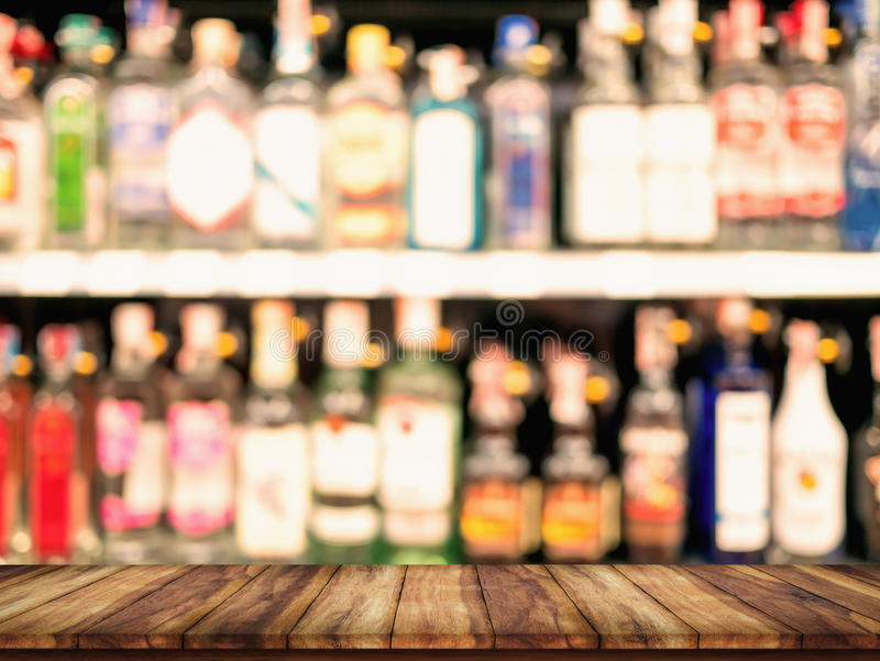 木桌空的上面与被弄脏的逆酒吧和瓶B的 免版税图库摄影