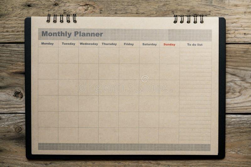 木桌背景的月度计划者 免版税库存图片