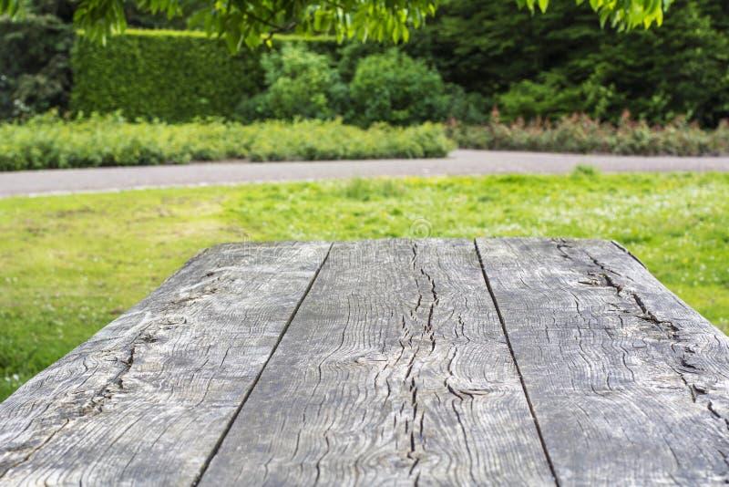 木桌表面与镇压的 库存图片