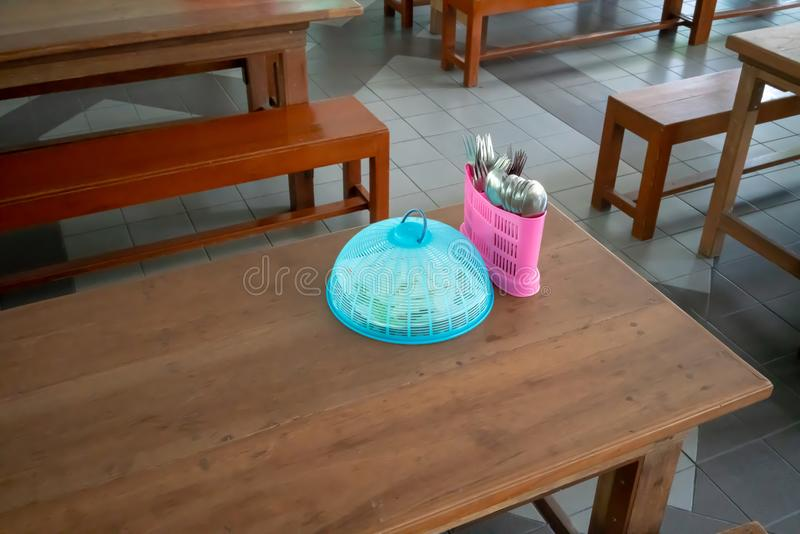 木桌设定了与幼儿园学生的长的长凳在 库存图片