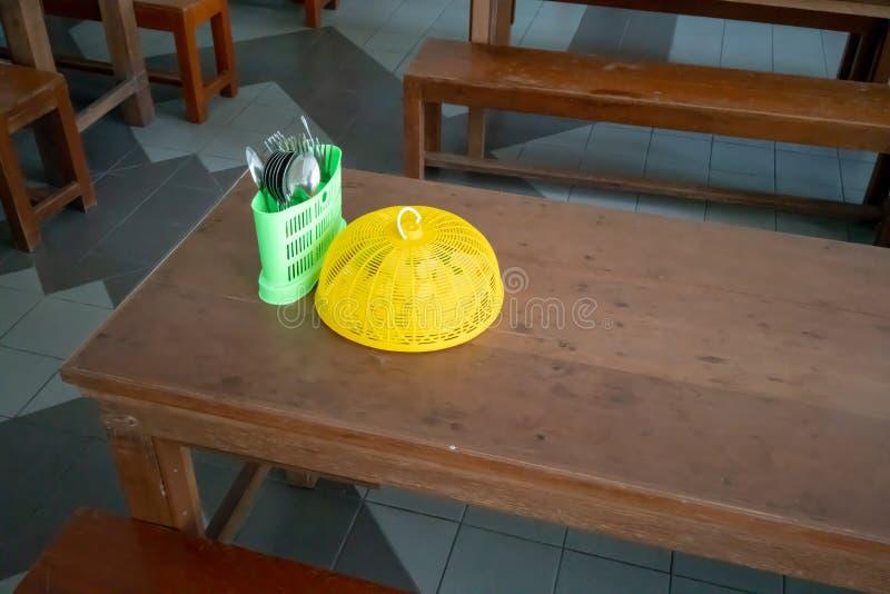 木桌设定了与幼儿园学生的长的长凳在 免版税库存图片