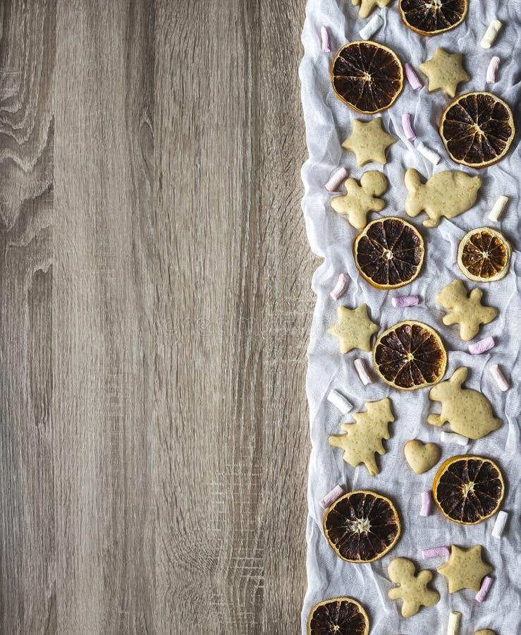 木桌,权利是星烘干橙色蛋白软糖切片的被计划的姜面包蛋糕树心脏野兔人熊 库存照片