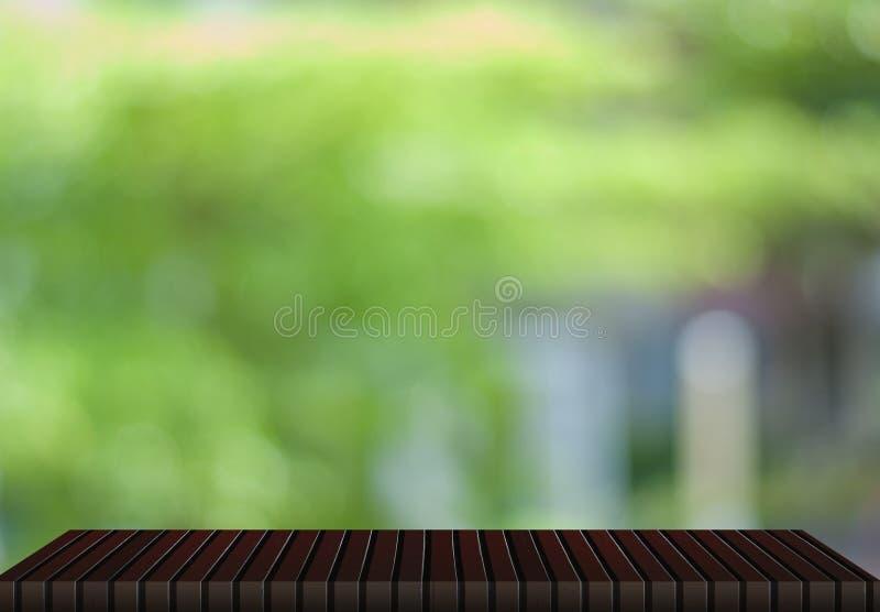 木桌,自然绿色背景 库存照片