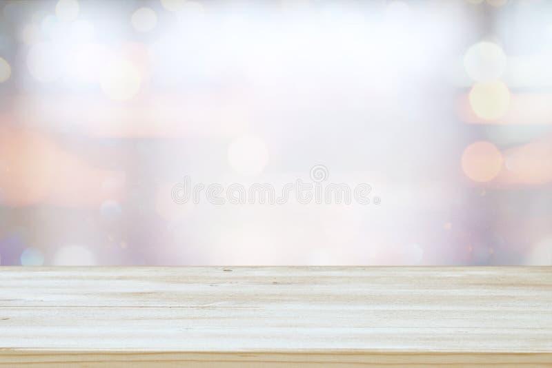木桌mage在摘要前面的弄脏了窗口轻的背景 免版税库存照片
