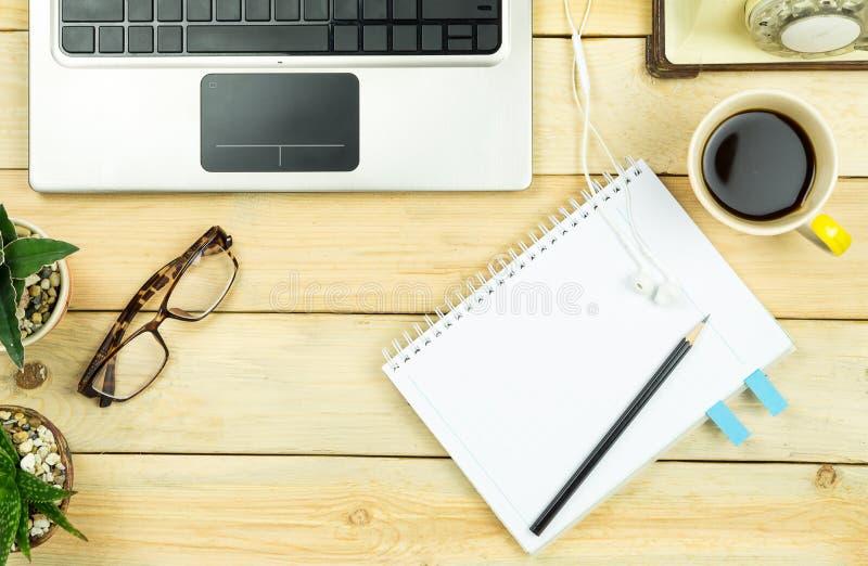 木桌Topview与办公室工具和植物的 库存图片