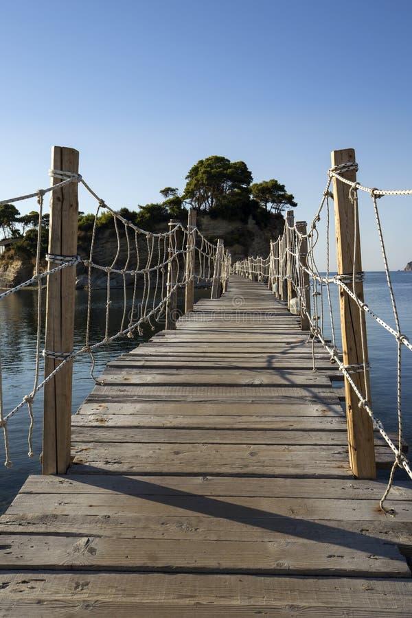木桥到有浮雕的贝壳海岛在扎金索斯州 免版税库存照片