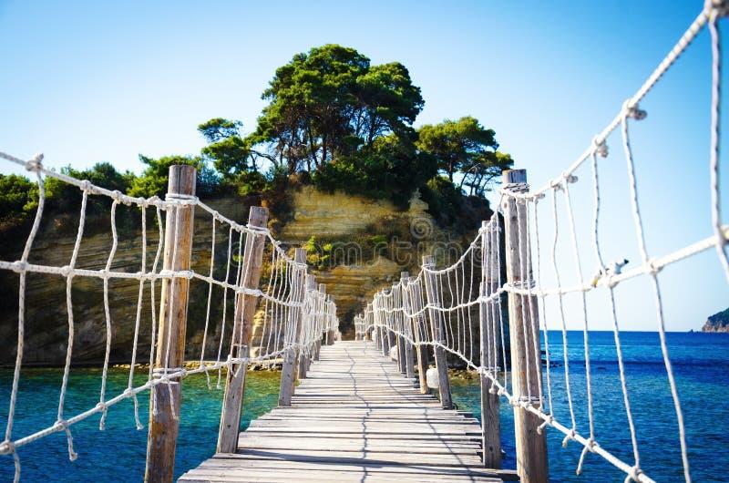 木桥到有浮雕的贝壳海岛 库存图片