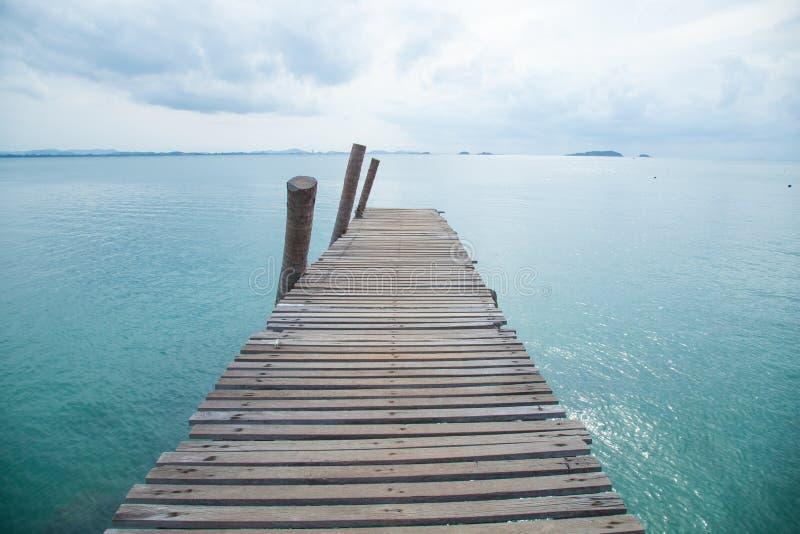 木桥到海里。 免版税图库摄影