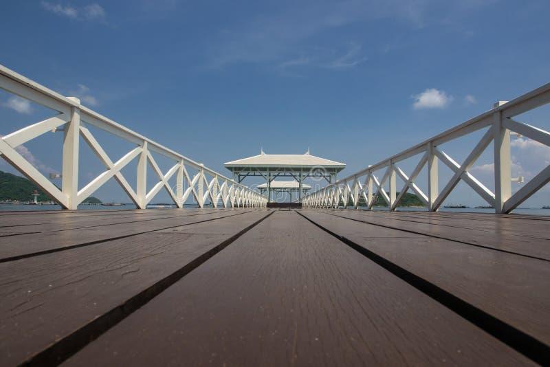 木桥梁和木头亭子 库存图片