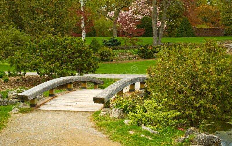 木桥梁的公园 库存照片