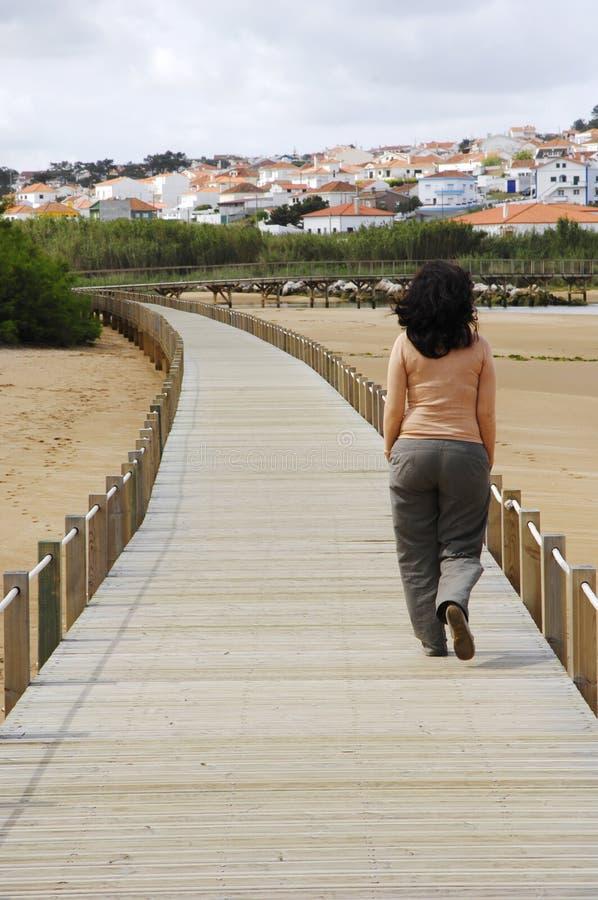 木桥梁走的妇女 库存照片