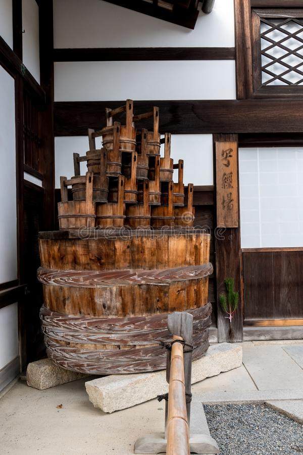 木桶和碗在京都的寺庙 库存图片