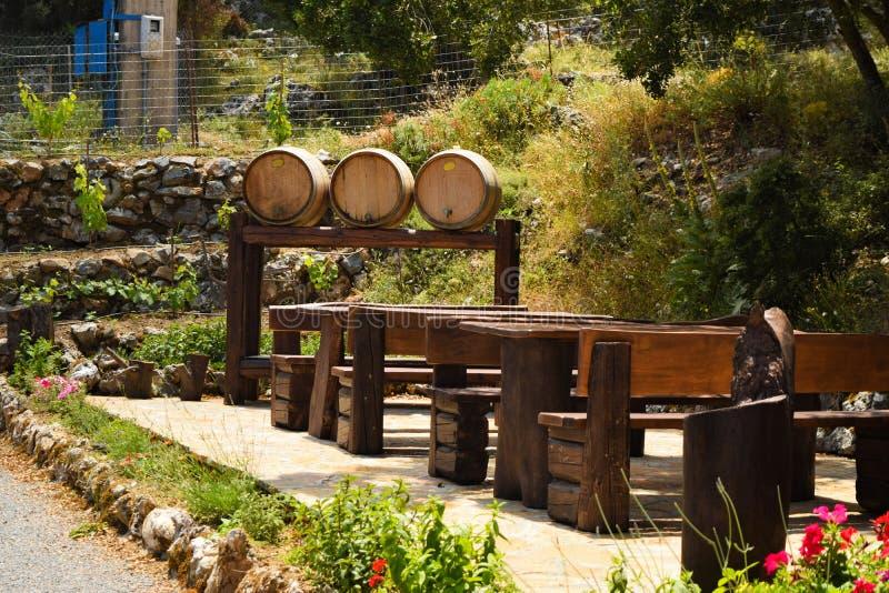 木桶酒和桌在室外咖啡馆 街道咖啡馆在克利特,希腊 免版税图库摄影