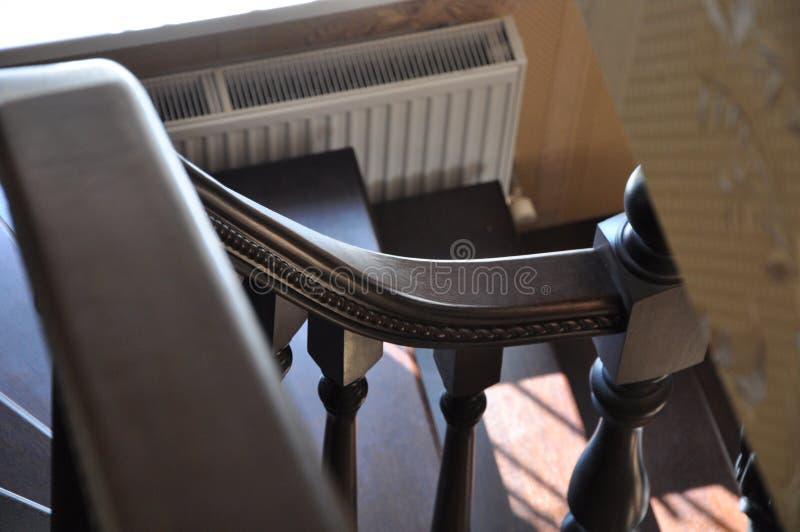 木梯子扶手栏杆的弯曲的片段 免版税库存图片