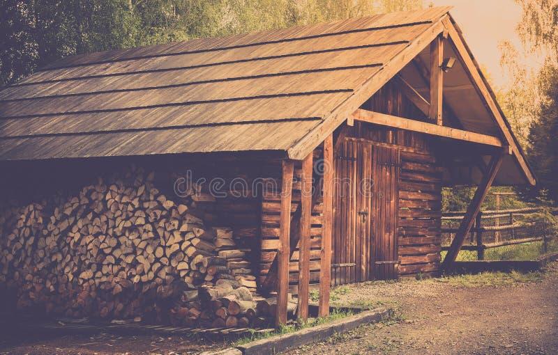 木棚子和日志 库存图片