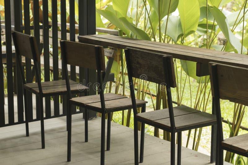 木椅子和木桌与自然 库存照片