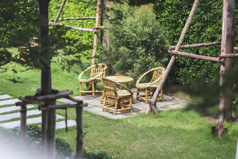 木椅子和桌在庭院里 免版税图库摄影
