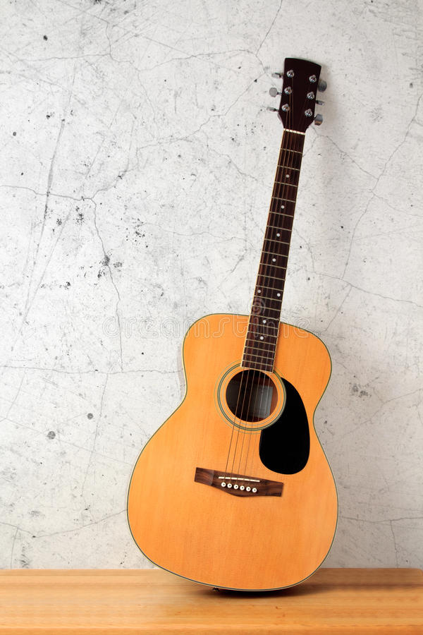木楼层民间的吉他 库存图片