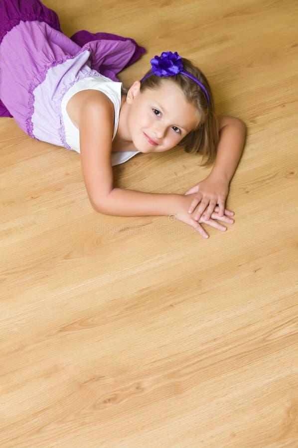 木楼层的女孩 免版税库存照片