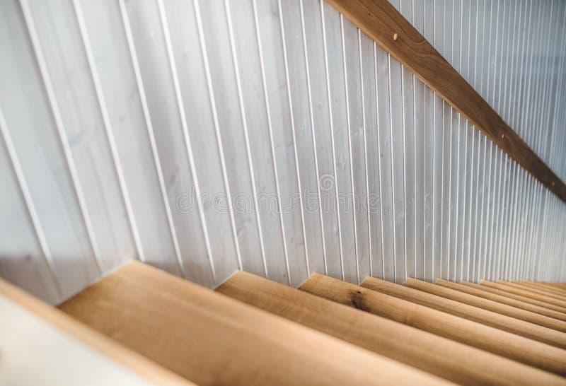 木楼梯和白色墙壁在内部,如果房子 库存照片