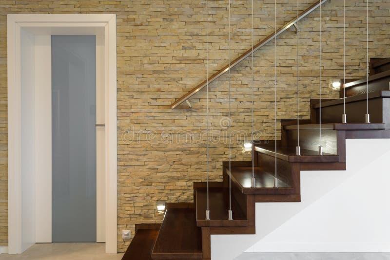 木楼梯和砖墙 图库摄影