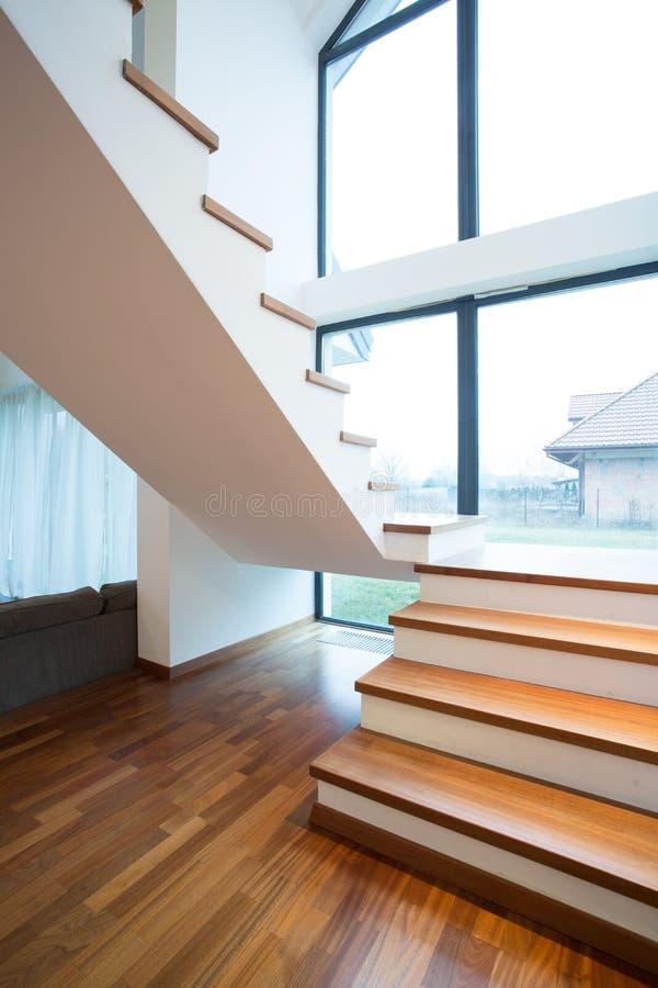 木楼梯在独立式住宅里 免版税库存图片