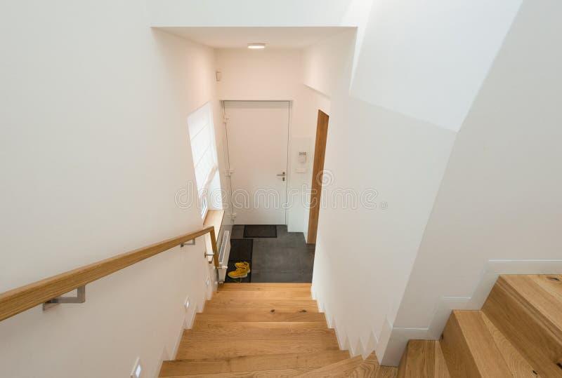 木楼梯在现代房子里 库存图片