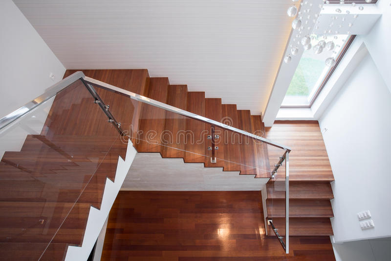木楼梯在豪华房子里 免版税库存图片