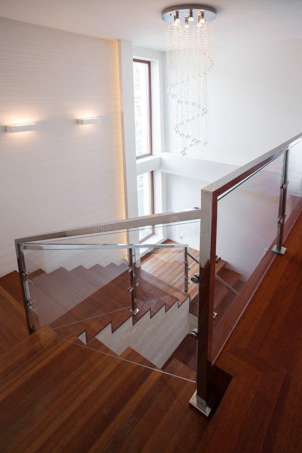 木楼梯在豪华房子里 库存图片
