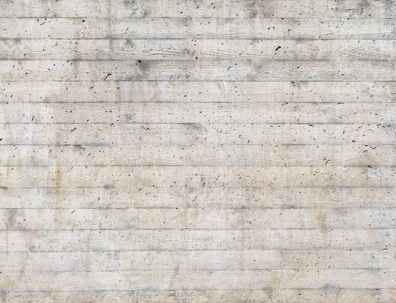 木模板纹理在一个未加工的混凝土墙盖印了 库存图片