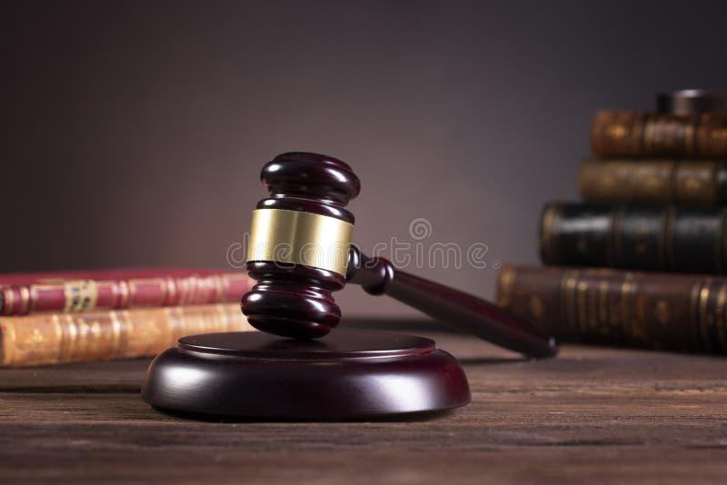 木法官的惊堂木和法律书籍与对待法律、法律问题或者案件 免版税库存照片
