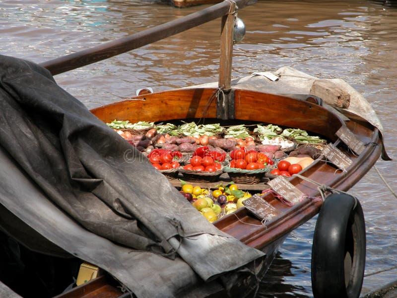 木浮动小船的蔬菜水果商,在Tigre三角洲 免版税库存图片