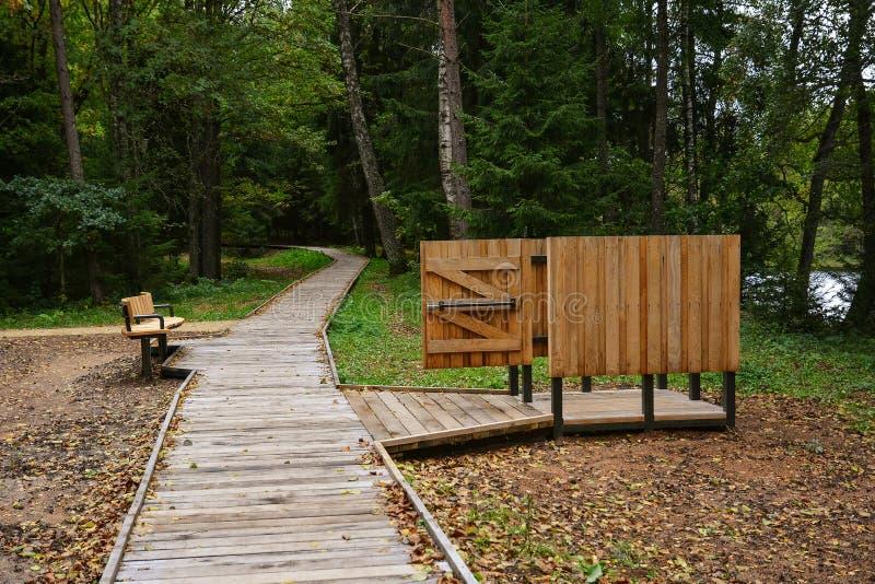 木海滩寄物处和长凳在森林pa度假区  免版税库存图片