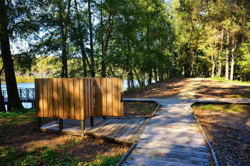 木海滩寄物处在森林公园度假区在湖附近的 库存图片