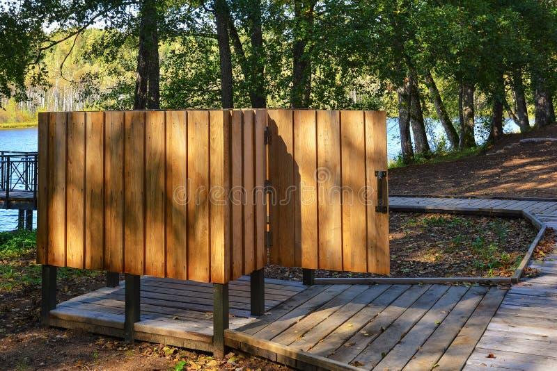 木海滩寄物处在森林公园度假区在湖附近的 免版税图库摄影
