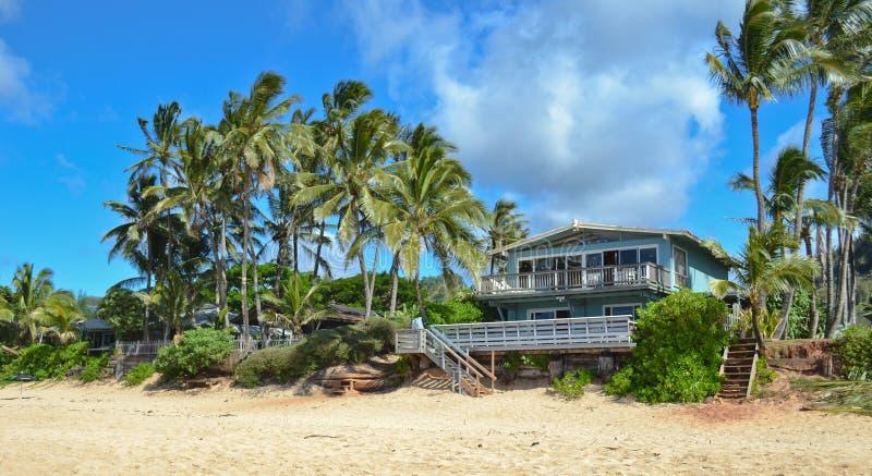 木海滩蓝色的房子 免版税库存图片
