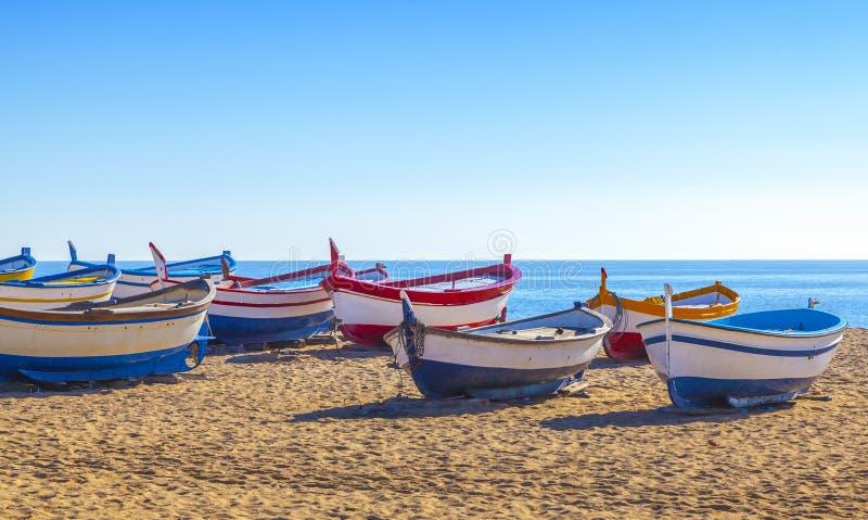 木渔船基于一金黄沙滩 图库摄影