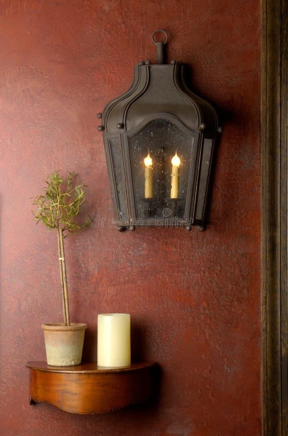 木灯笼红色架子小的墙壁 免版税库存照片