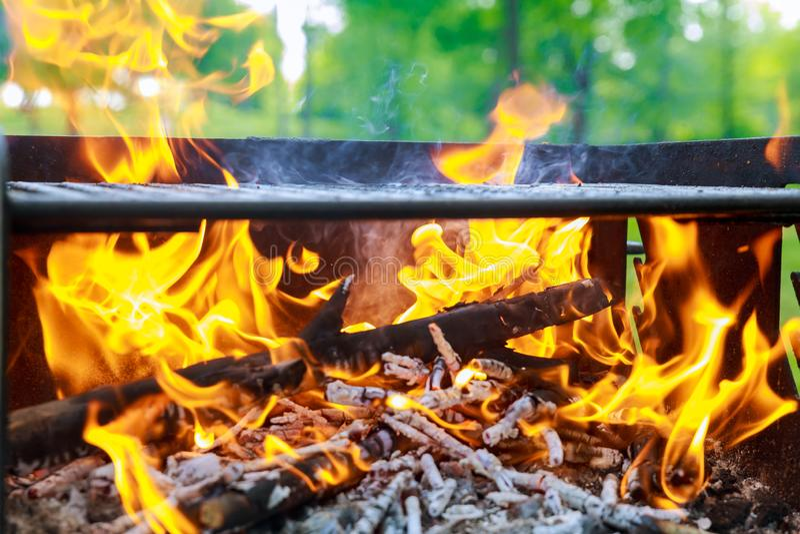 木炭燃烧在BBQ或在框架背景中 库存照片