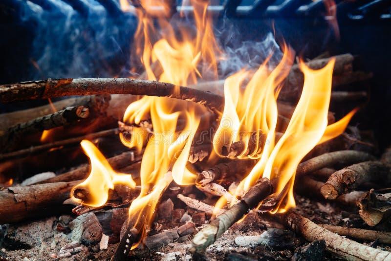 木炭燃烧在BBQ或在框架背景中 免版税库存图片