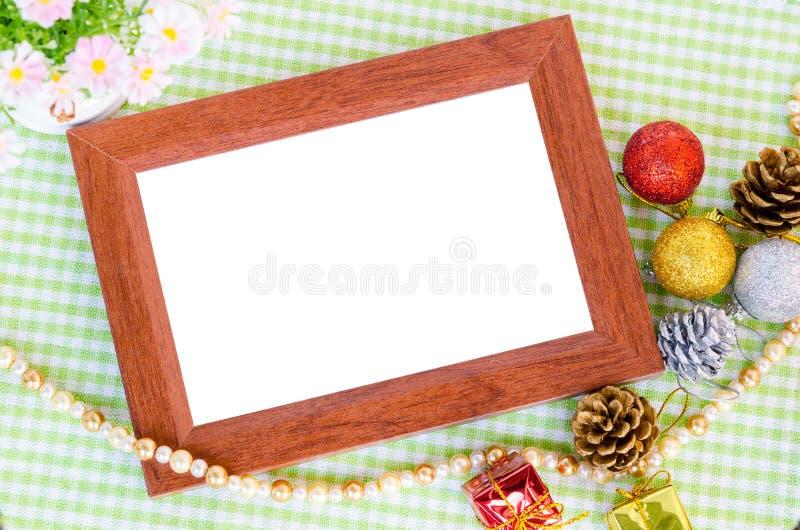 木照片框架和圣诞节装饰与花 库存图片
