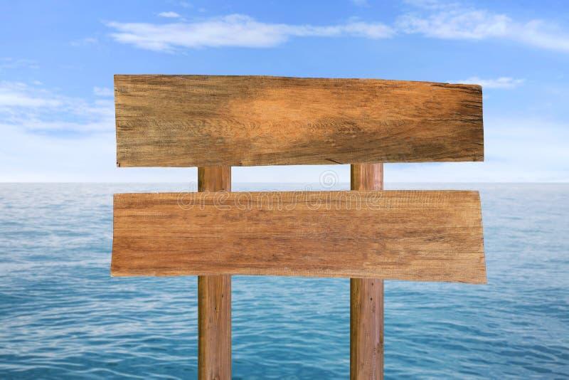 木牌有蓝色海和天空背景 库存图片