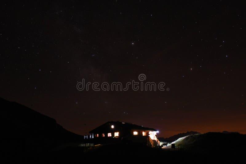木瑞士山中的牧人小屋在天空下 库存照片