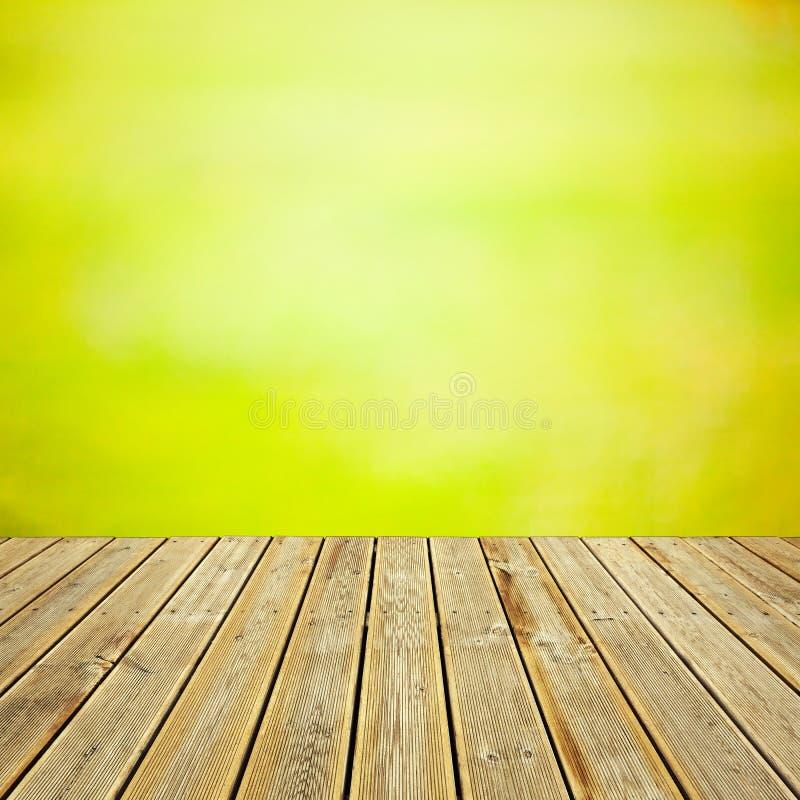 木甲板地板和抽象bokeh 免版税库存图片