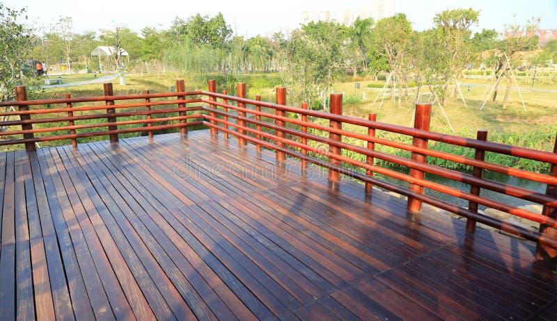 木甲板,与木楼梯栏杆的木大阳台 免版税库存图片